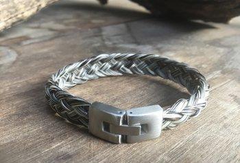 5 Strengen gevlochten armband met matte sluiting. Prijs € 29,95