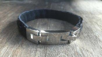 Armband gecombineerd met leer. Prijs € 49,95