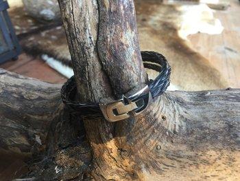 Armband met 3 vierkant gevlochten strengen.