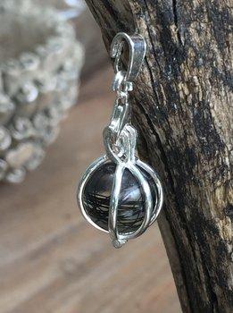 Zilveren kooitje met harsballetje.